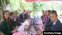 Fotografi nga dreka e punës në mes të delegacionit slloven dhe atij kosovar