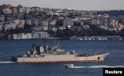 Корабль ВМФ России проходит через Босфор