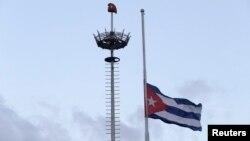Flamuri kuban në gjysmë shtize në kryeqytetin Havanë me rastin e vdekjes së Fidel Castros