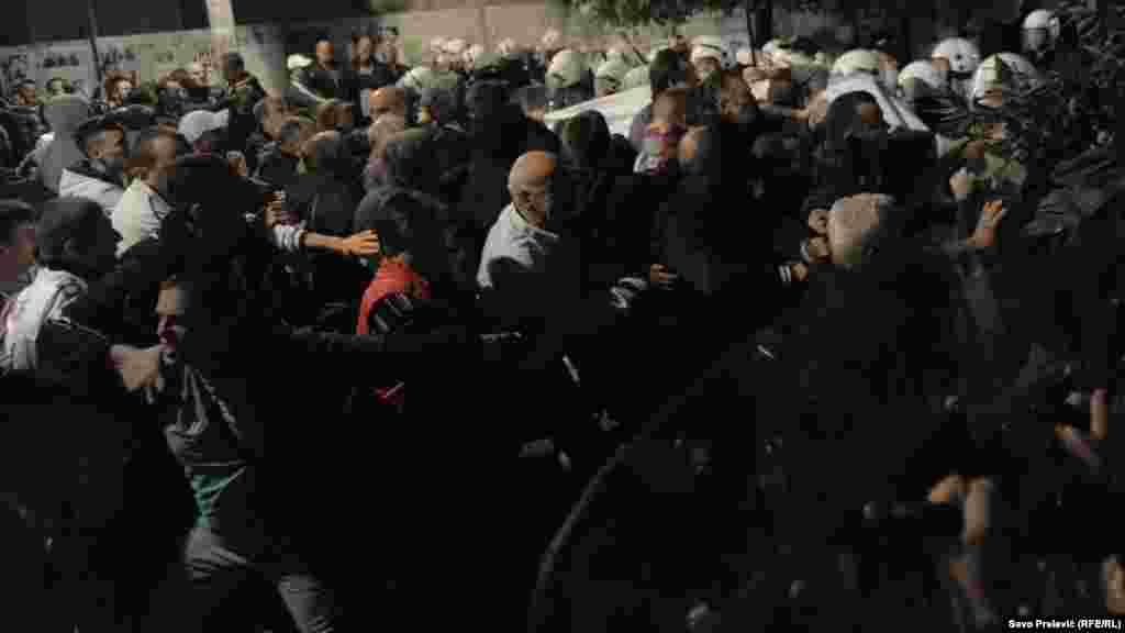 Шеруге шыққан демонстранттар жолын бөгеген полиция шебін бұзып-жарып өтуге әрекет жасады.