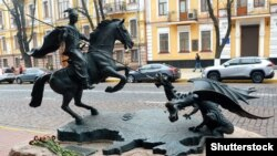 Скульптура «Козак Переможець» біля будівлі СБУ в Києві, присвячена захисникам Незалежності України – учасникам АТО/ООС