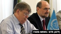 Former deputy head of the International Atomic Energy Agency (IAEA) Olli Heinonen (L) during a meeting with the deputy secretary of the Iran's Supreme National Security Council, Javad Vaeidi (not pictured) in Tehran, 11 July 2007.