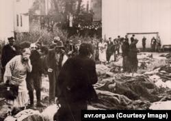 Люди ищут родных среди тел расстреляных НКВД. Львов, двор тюрьмы № 1. 3 июля 1941 года. Архив ЦИОД