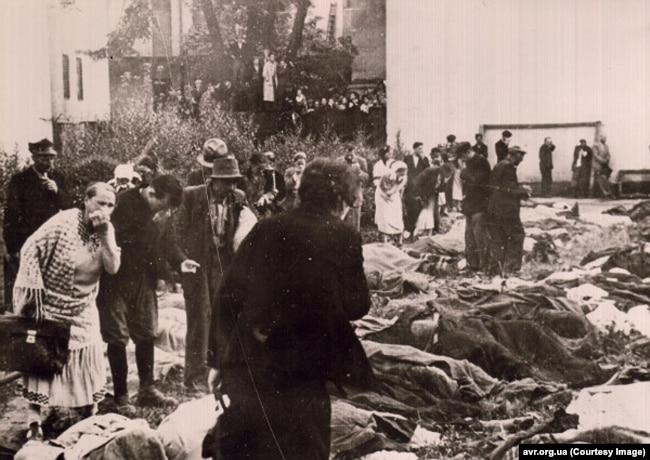 Люди шукають рідних серед тіл розстріляних НКВС. Львів, подвір'я в'язниці № 1. 3 липня 1941 року Архів ЦДВР
