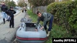 Komsomolsk resident Artur Mingalimov prepares his boat to return home.
