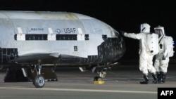 Америкалық әскерилер X-37B шаттлын тексеріп жатыр. (Көрнекі сурет).