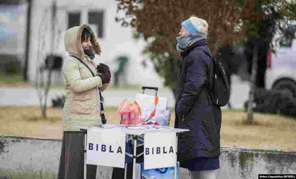 Женщина с Библией в Призрене. Христиане составляют меньшинство в Косове, 95 процентов населения – мусульмане (Photo by Basri Oruqaj).