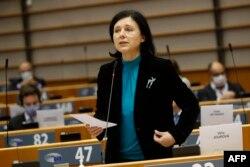 Зам.-председателката на Европейската комисия Вера Йоурова в Европейския парламент.