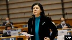 """Миналата седмица зам.-председателката на ЕК Вера Йоурова подчерта, че успоредно с новия мониторинг за върховенство на закона, България продължава да бъде под наблюдение и по стария механизаъм за сътрудничество и оценка заради """"недовършена работа"""" в сферата на борбата с корупцията"""
