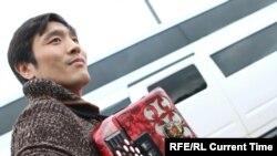 На киргизских свадьбах Чынгыз зарабатывает неплохие деньги