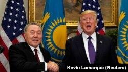 Президент Казахстана Нурсултан Назарбаев (слева) и президент США Дональд Трамп обмениваются рукопожатиями. Вашингтон, 16 января 2018 года.