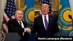 Қазақстан президенті Нұрсұлтан Назарбаев (сол жақта) пен АҚШ президенті Дональд Трамп.