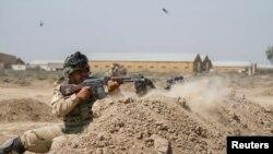 جنود عراقيون يتدربون مع فريق عسكري أميركي في معسكر التاجي - 2 حزيران 2015