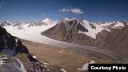 """Абрамов мөңгүсү. Мөңгүлөрдүн абалына байкоо салуу боюнча Цюрих университетиндеги борбор (World Glacier Monitoring Service) тарабынан тартылган сүрөттү """"Азаттыкка"""" Хорст Махгут сунуш кылды."""