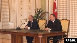 Türkiyə prezidenti Əhməd Necdət Sezər və Azərbaycan prezidenti İlham Əliyevin brifinqi, Bakı, 4 aprel 2006