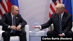 АҚШ президенті Дональд Трамп пен Ресей президенті Владимир Путин. Гамбург, 7 шілде 2017 жыл.