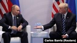 Президент США Дональд Трамп і президент Росії Володимир Путін під час зустрічі в рамках на саміту G20 у Гамбурзі, 7 липня 2017 року