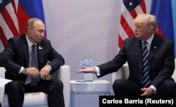 Президент России Владимир Путин и президент США Дональд Трамп на встрече в Гамбурге. 7 июля 2017 года.