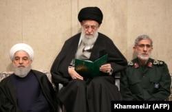 """Иранның жоғары билеушісі аятолла Әли Хаменеи (ортада), Иран президенті Хасан Роухани (сол жақта) және """"Құдс"""" күштерінің жаңа басшысы Исмаил Каани генерал Касем Сүлейманиді жерлегеннен кейін азалы жиында отыр. 9 қаңтар 2020 жыл."""