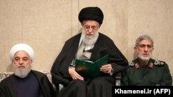 Верховный лидер Ирана аятолла Али Хаменеи (в центре), президент Ирана Хасан Роухани (слева) и глава сил «Кудс» Исмаил Каани на траурной церемонии после похорон убитого генерала Касема Сулеймани. 9 января 2020 года.