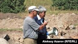 """Лидер движения """"Табигат"""" Мэлс Елеусизов (справа) на месте строительства ГКЛ """"Кокжайляу""""."""