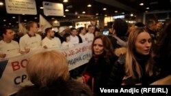 Aktivisti SNS-a pružaju podršku Vučiću, Sava centar, Beograd