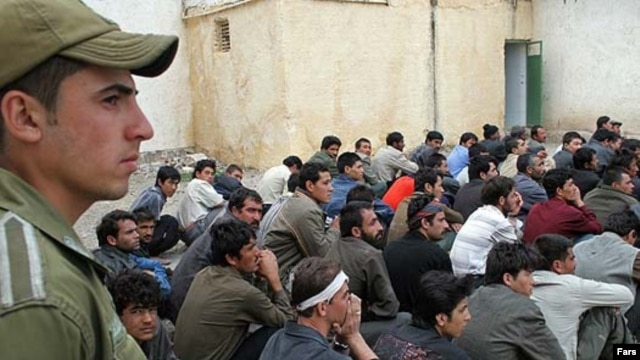 Afghan refugees being deported from Iran in 2007