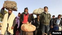 Бангладештик мигранттар Ливия менен Тунистин чек арасында унаа күтүшүүдө. 4-март, 2011