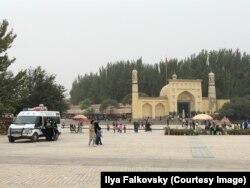 Полицейская машина перед мечетью Ид Ках в Кашгаре