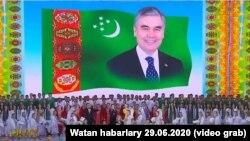 Концерт ко дню рождения президента Туркменистана Гурбангулы Бердымухамедова на фоне его портрета. 29 июня 2020 года.