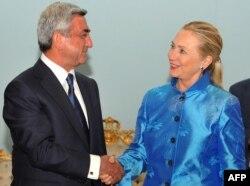 Dövlət Katibi Hillary Clinton Ermənistan prezidenti Serzh Sarkisianla görüşdə, Yerevan, 4 iyun, 2012-ci il.