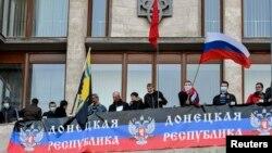 Проросійські активісти під час штурму будівлі Донецької ОДА, 6 квітня 2014 року