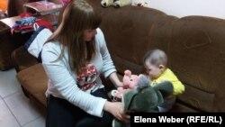 Няня ухаживает за детьми женщин, живущих в кризисном центре в Темиртау.
