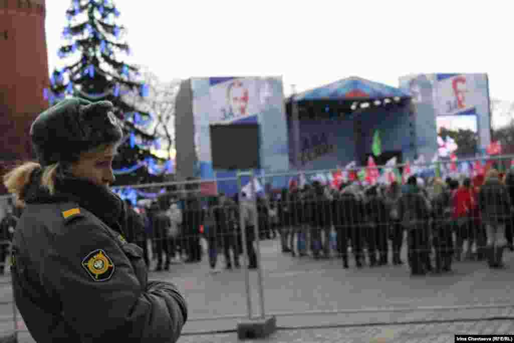 Сторонники Владимира Путина собрались на митинг в его поддержку на Манежной площади в Москве