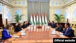 Президент Таджикистана Эмомали Рахмон на переговорах с вице-президентом Азиатского банка развития Венкай Жангом.