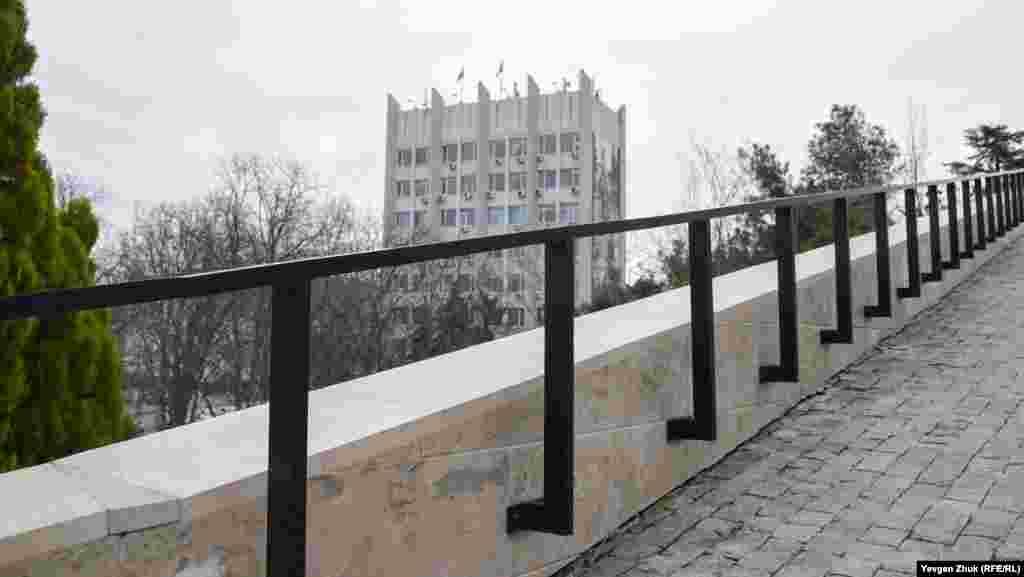 Парапет на підпірній стіні, вид на будівлю російського уряду Севастополя