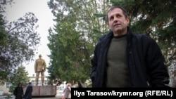 Володимир Балух біля будівлі Роздольненського райсуду