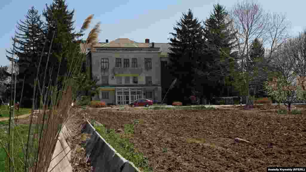 По этим желобам когда-то подавалась вода из Салгира для полива садов и других насаждений Крымской опытной станции садоводства. Теперь их поливают в основном артезианской водой