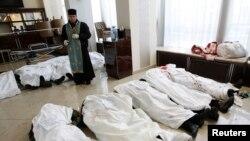 Sveštenik stoji u holu Hotela Ukrajina, okružen telima učesnika protesta Evromajdan, koji su ubijeni tokom sukoba sa policijskim jedinicama za razbijanje demonstracija u Kijevu, 20. februar 2014.