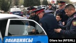 Полиция задерживает Кайрата Султанбека. Шымкент, 22 марта 2019 года.