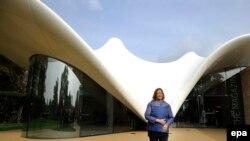 Заха Хадид у здания, построенного ею для Serpentine Sackler Gallery в Лондоне