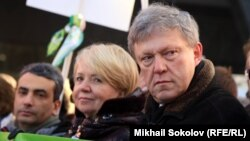Лев Шлосберг, Эмилия Слабунова, Григорий Явлинский 27 февраля 2015 г. на шествии памяти Бориса Немцова.