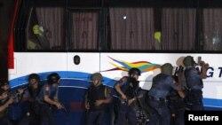 Группа спецназа филиппинской полиции у захваченного автобуса, Манила, 23 августа 2010