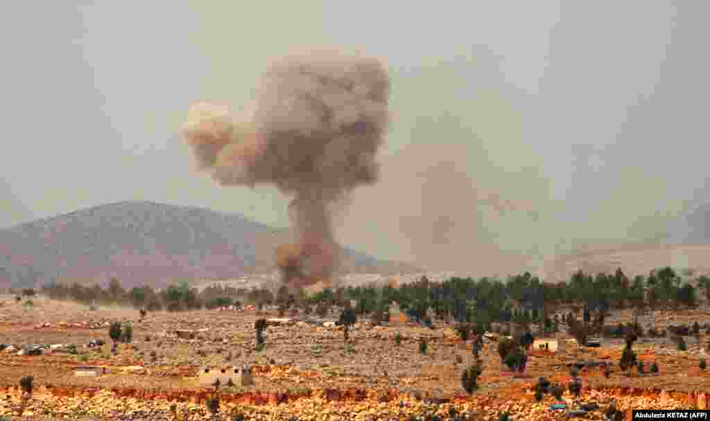 Szíria - Füst száll az égbe egy orosz légi támadás után a Hafsarjah nevű falu közelében. (Fotó: AFP)