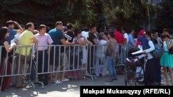 Казахстанские граждане в очереди на постановку на учет для получения жилья по государственной жилищной программе. Иллюстративное фото.
