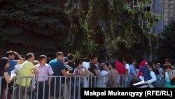 Люди стоят в очереди на получение жилья по программе «Доступное жилье — 2020». Алматы, 10 июля 2013 года.