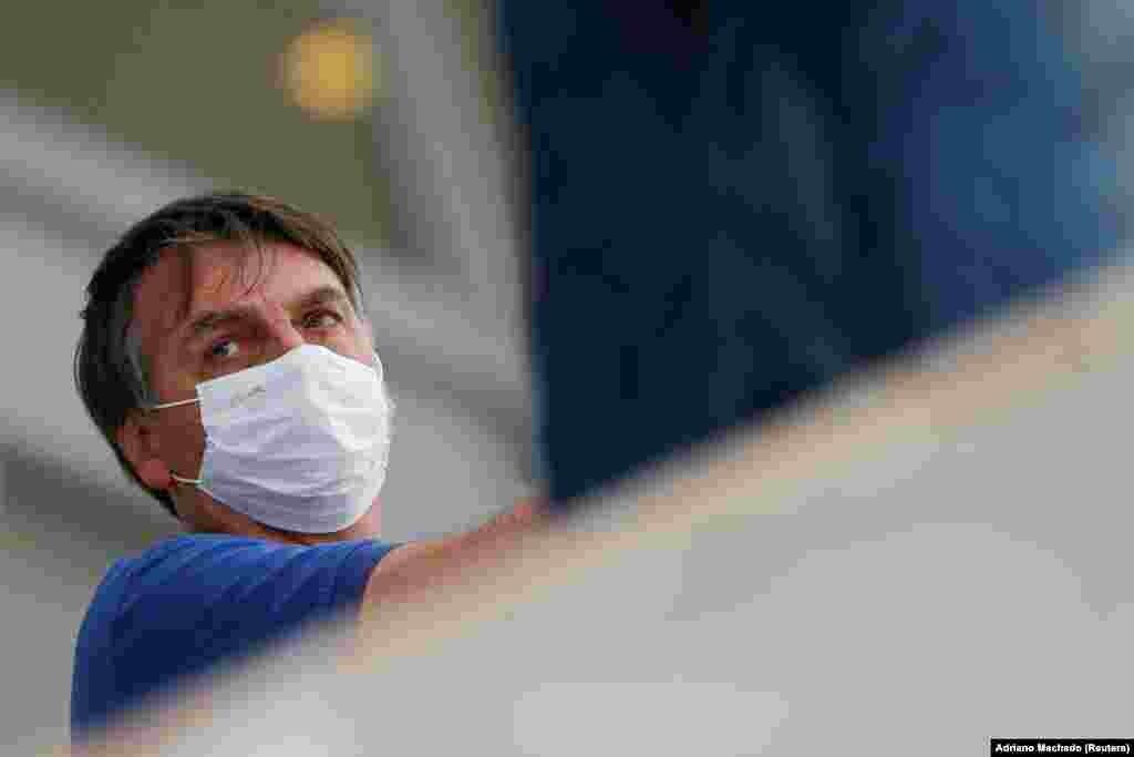 Тим часом в країні, через стрімке зростання кількості хворих, посилився тиск на президента Жаїра Болсонару, який відкидає небезпеку коронавірусу. За місяць бразильский уряд змінив вже другого міністра охорони здоров'я