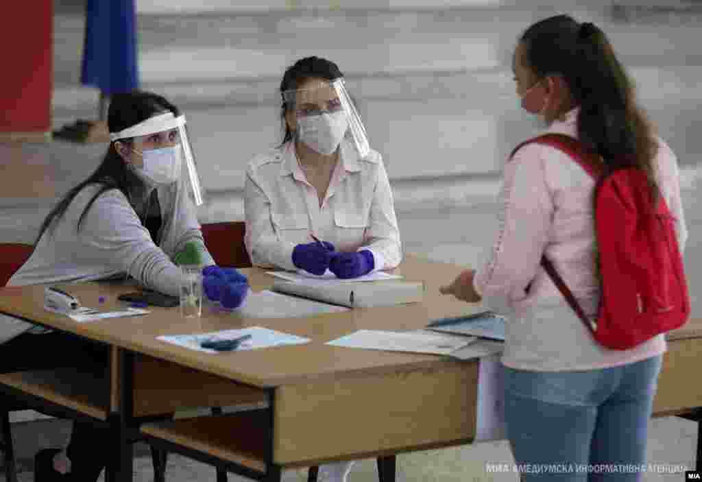 МАКЕДОНИЈА - Четирите средни училишта во Гостивар чекаат на одобрение од Комисијата за заштита од заразни болести, која треба да донесе одлука дали средношколците од среда ќе се вратат на настава со физичко присуство. Почетокот на наставата со физичко присуство за нив беше одложен за две недели, заради лошата епидемиолошка состојба во општина Гостивар. Од локалната самоуправа изразуваат оптимизам дека наскоро ќе има редовно одвивање на наставата, бидејќи се намалуваат бројките на новозаразени.