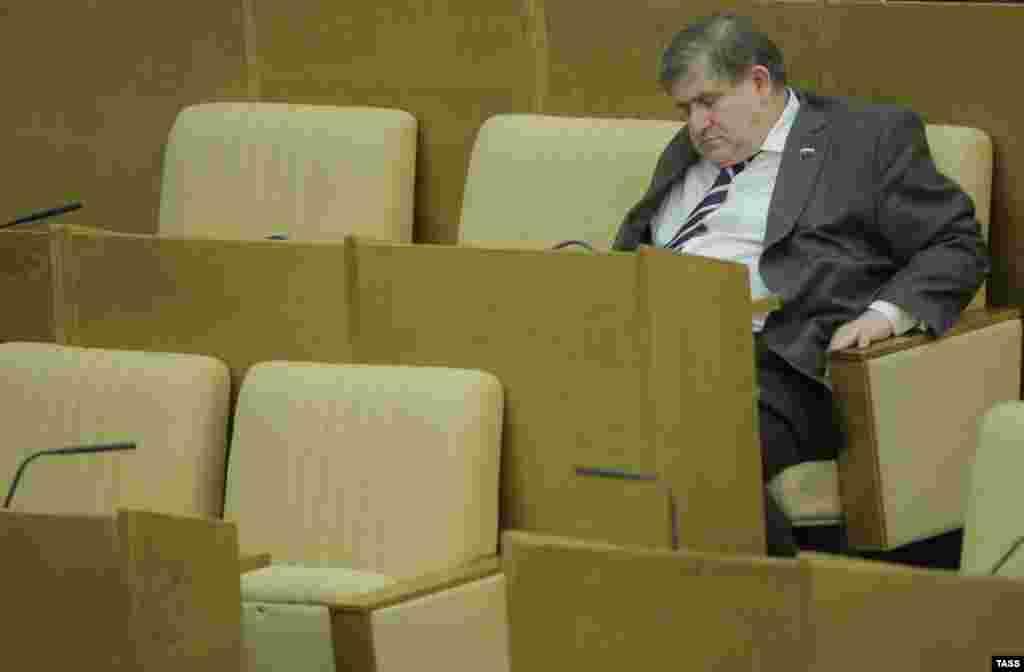 Член фракции ЛДПР Михаил Хесин засиделся на пленарном заседании Государственной думы
