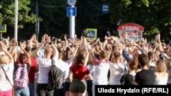 Людзі ў Кіеўскім сквэры 6 жніўня